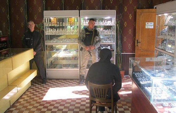 В Чорноморську озброєна жінка невдало пограбувала ювелірний магазин