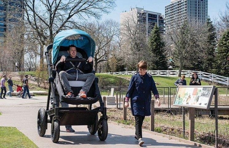 Как в США тестировали гигантские прогулочные коляски для взрослых