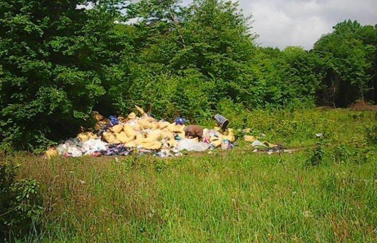 Гору резинових капців висипали поблизу сміттєзвалища у Хмельницькому