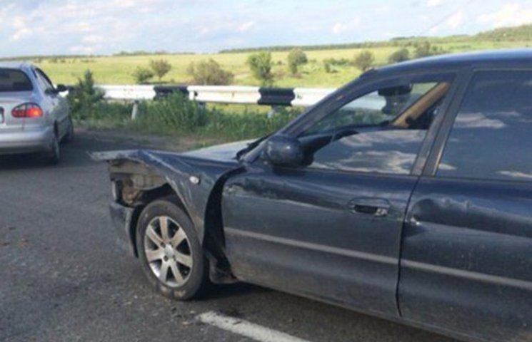 """На КПП """"Новотроїцьке"""" бронетехніка наїхала на автівку (ФОТО)"""