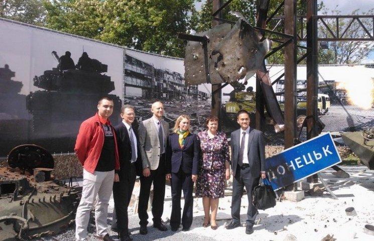 У Дніпрі музей АТО відвідала делегація Держдепу США