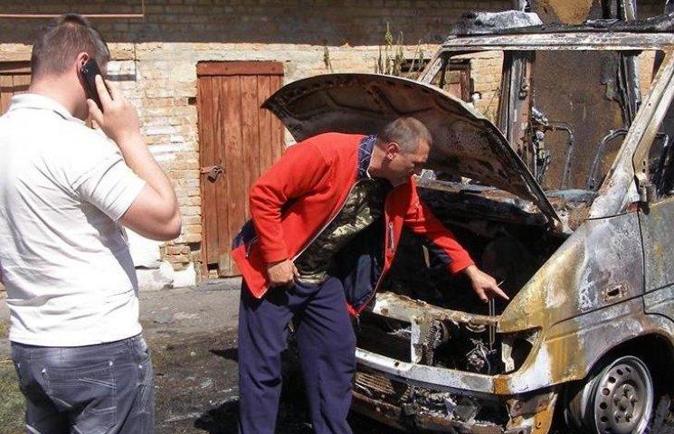 Вінницькому волонтеру спалили автівку
