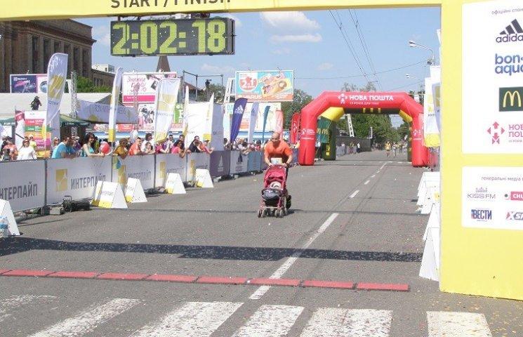 У Дніпрі марафонці фінішували з дитячими колясками і бігли на місці