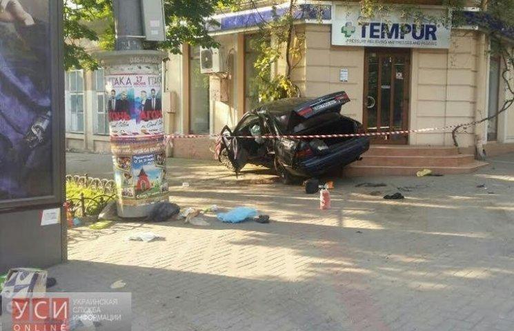 В центрі Одеси автівка мало не протаранила магазин