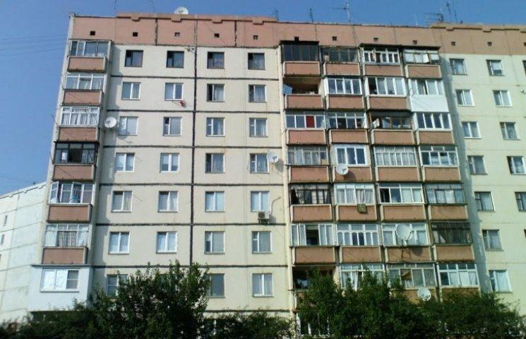 """Миколаївці """"здали"""" двох чоловіків, що спали між поверхами у багатоповерхівці"""