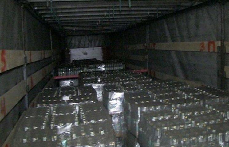 """У Хмельницькому """"накрили"""" черговий цех з виробництва фальсифікованого алкоголю"""