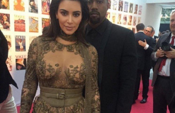 Кім Кардашіан прикрасила розплющені груди вишуканою сукнею