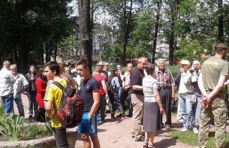 """Кілька десятків вінничан виступили проти будівництва церкви в парку """"Хімік"""""""