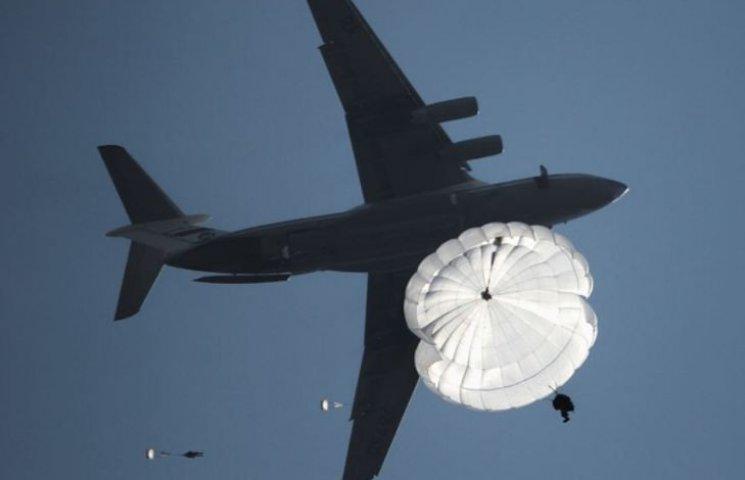 Миколаївська 79-ка виконала намайсовіший стрибок з парашутами в історії України