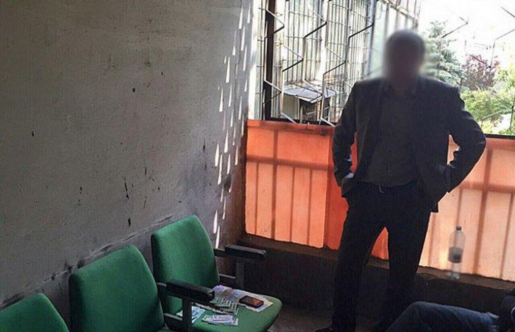 У Дніпрі затримали посадовця-хабарника Дніпропетровської ОДА