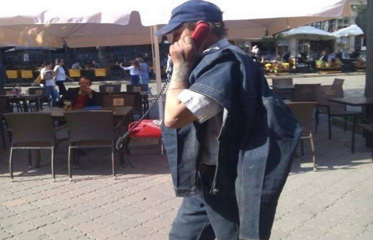 """В Одесі на Дерибасівській дивак """"розмовляв"""" по телефону з дротом"""