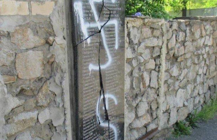 У Миколаєві вандали повністю знищили меморіал жертвам політрепресій