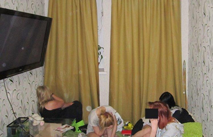 """Миколаївські """"студентки"""" організували наркобордель"""