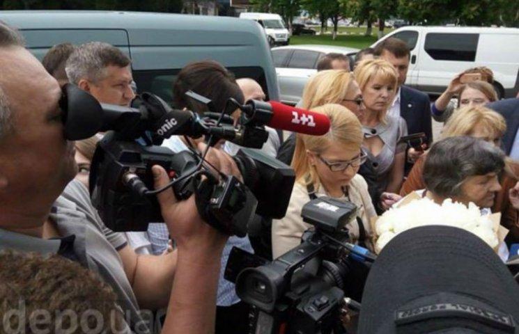 Мать Савченко идет встречать дочку с букетом и Тимошенко (ФОТО)