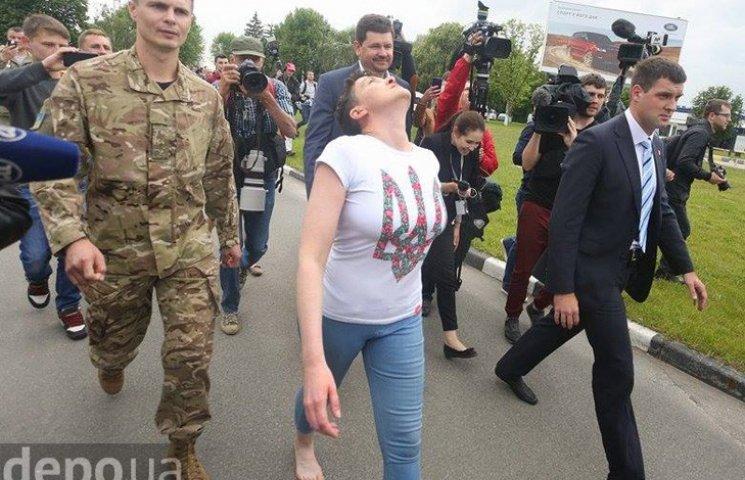 Первые шаги Надежды Савченко на родной земле (ФОТОРЕПОРТАЖ)