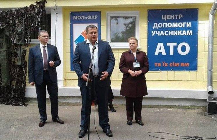 """Вінницька волонтерка Вотчер нагодувала Моргунова та Філатова """"АТОшним"""" борщем"""
