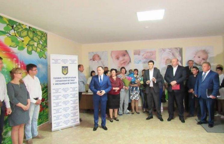 У Хмельницькому тепер не потрібно йти до РАЦСу, щоб зареєструвати немовля