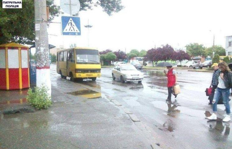 Миколаївці через неправильно встановлену зупинку загрожують потрапити під машину