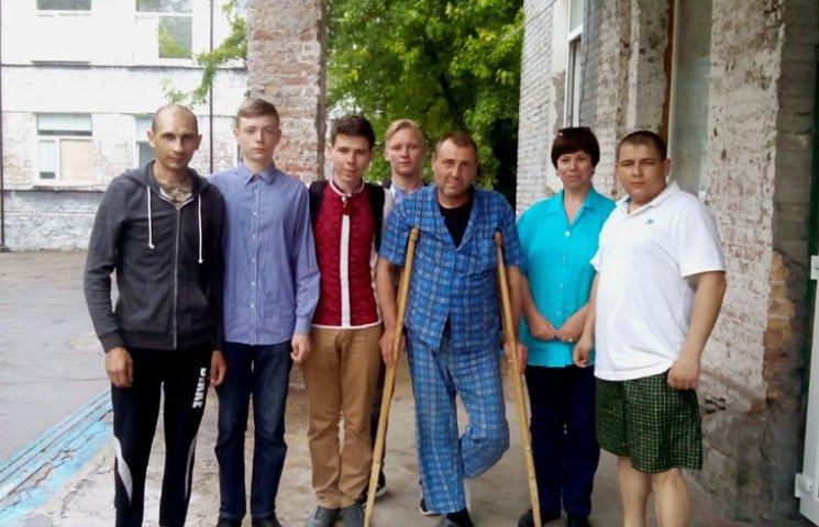 Українські школярі хочуть замість випускного допомогти бійцям АТО