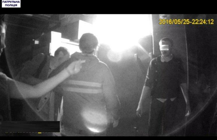 """У Миколаєві двоє """"хвастунів"""" напідпитку побили чоловіка на зупинці"""