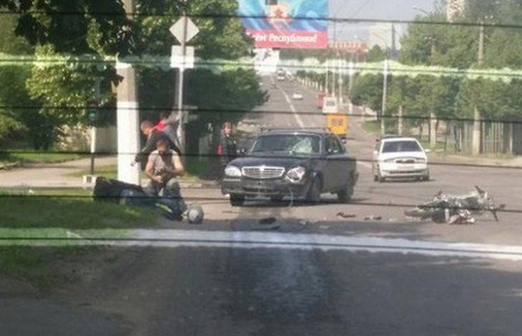 У Луганську сталася жорстка ДТП: автомобіль збив мотоцикліста (ФОТО, ВІДЕО)