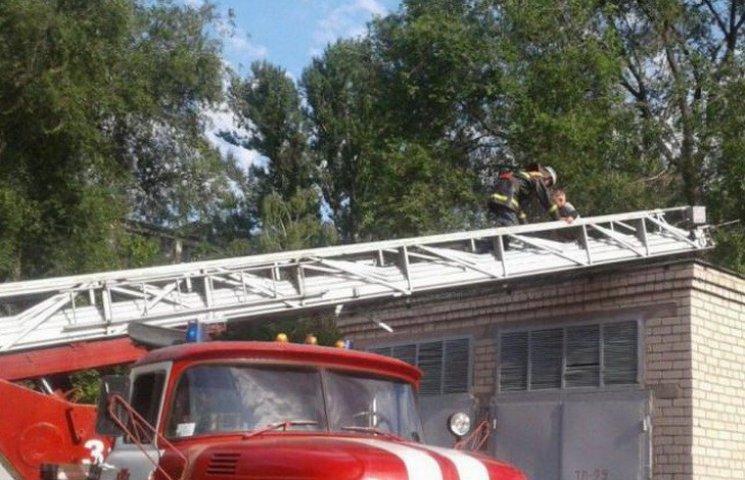 У Новомосковську рятівники знімали малюка з даху будівлі