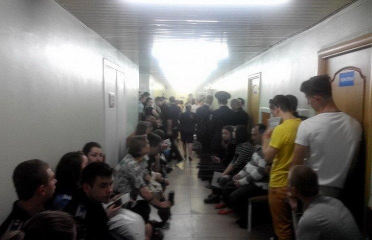 Сотні мешканців Дніпра прийшли до лікарні рятувати поранених бійців