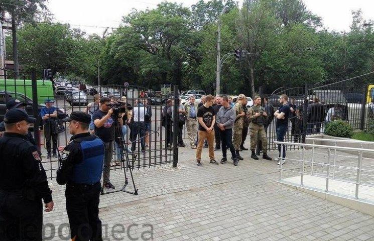 """Одеські правосеки не випускають підсудного у справі """"2 травня"""" з будівлі суду"""