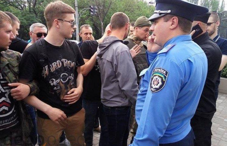 В Одесі до активістів вийшов співробітник поліції з проханням пропустити підсудних