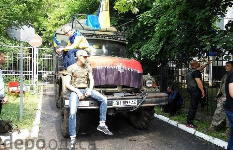 """Одеські """"правосеки"""" блокують суд військовою автівкою"""