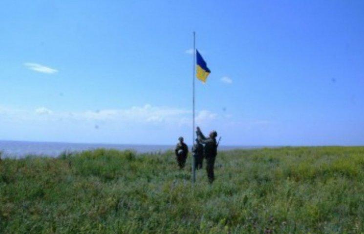 Пограничники подняли украинский флаг под носом у оккупантов Крыма (ФОТО)