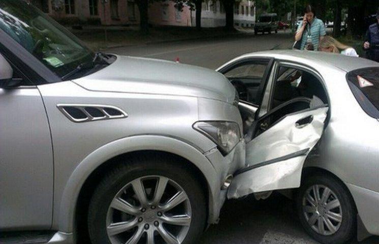 """В центрі Дніпра """"паркетник"""" протаранив легкову автівку"""