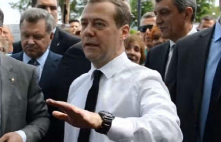 """Путин сказал пенсионерам лучше прислушаться к Медведеву, у которого """"нет денег"""""""