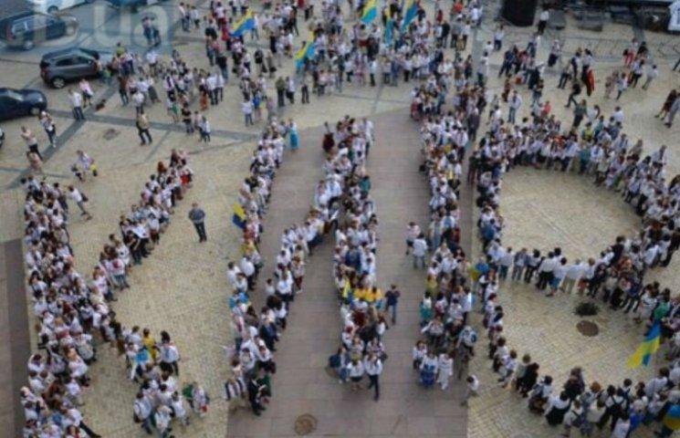 Кияни пройшли мегамаршем вишиванок (ФОТО)