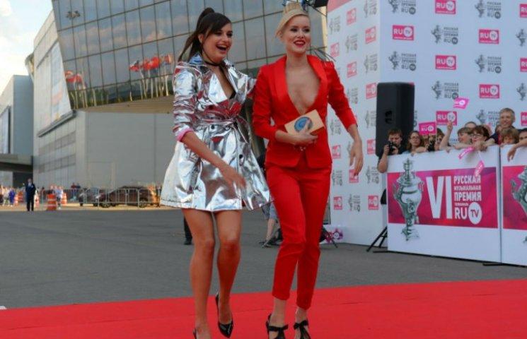 Українська співачка показала груди на гала-концерті в Москві (ФОТО)