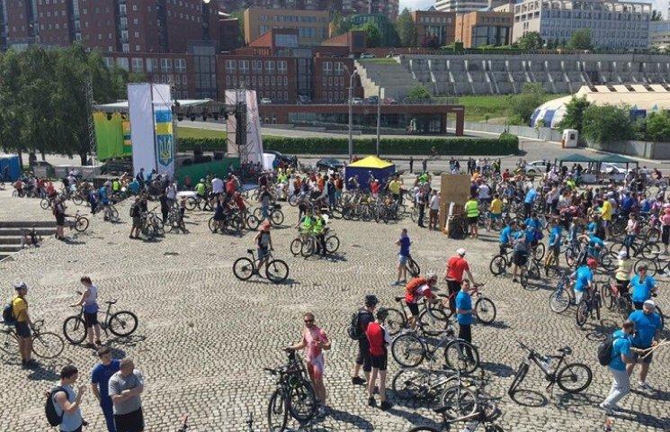 """Сотні велосипедистів """"окупували"""" центр Дніпра (ФОТО, ВІДЕО)"""