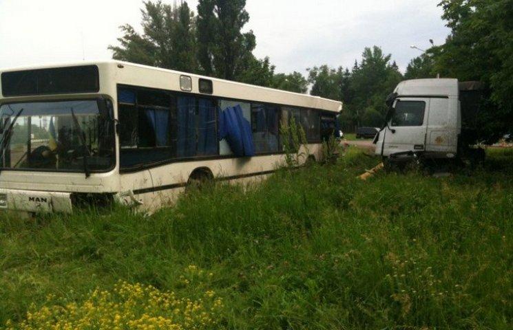 У Кривому Розі вантажівка протаранила автобус з пасажирами