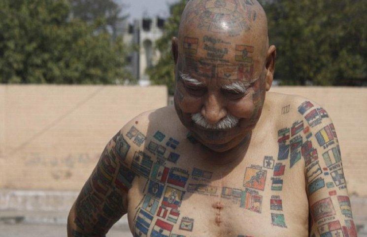 Индиец украсил свое тело 366 флагами