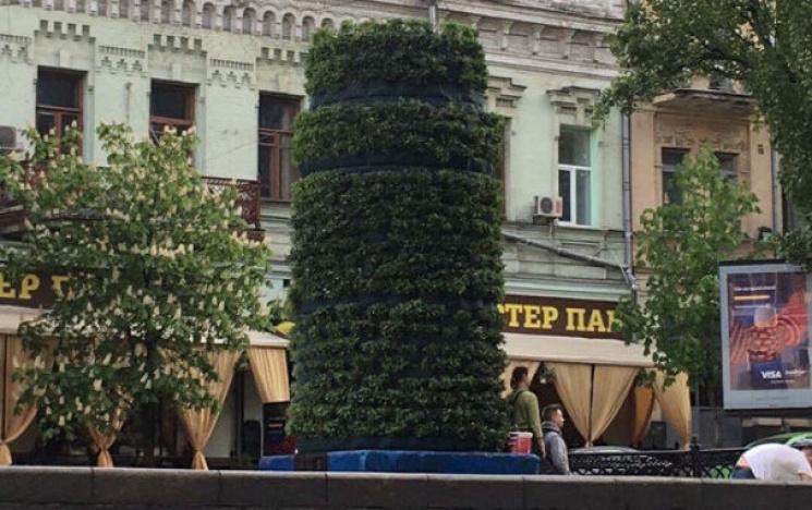 В Киеве озеленяют постамент, на котором…