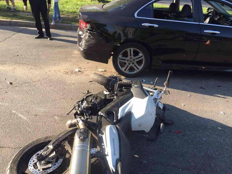В Харькове мотоциклист влетел в иномарку: Его госпитализировали
