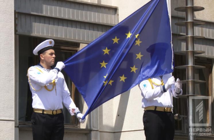 Над Новомосковском подняли флагиЕС иУкраины
