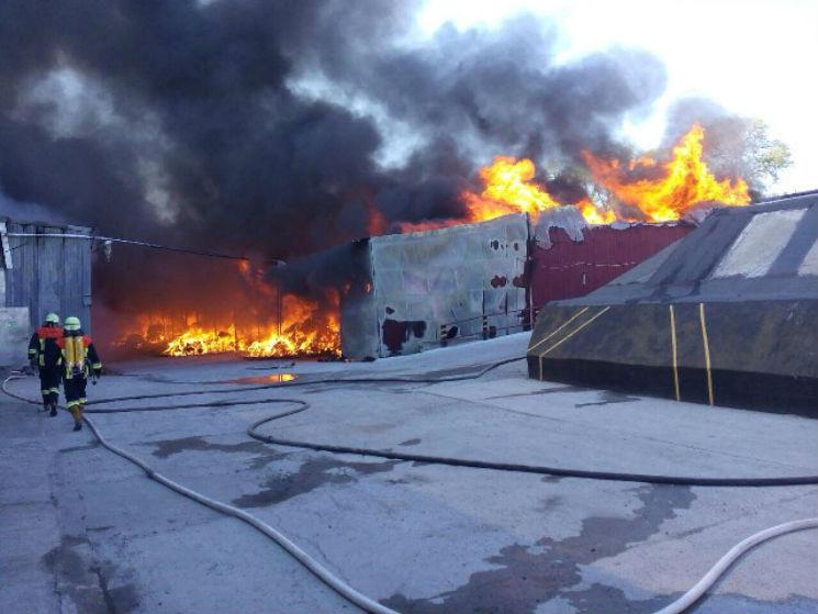 Масштабна пожежа наКиївщині: уБерезані спалахнули склади суконної фабрики
