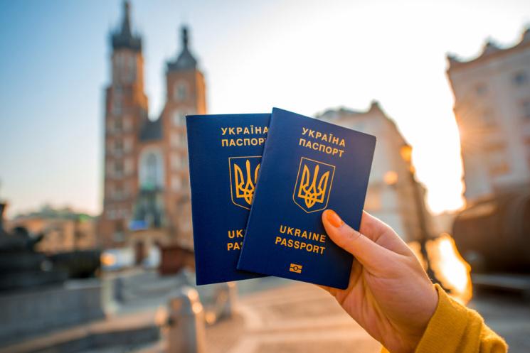 Биометрический ажиотаж: Киевляне в очередях с рассвета, а подать документы не успевают
