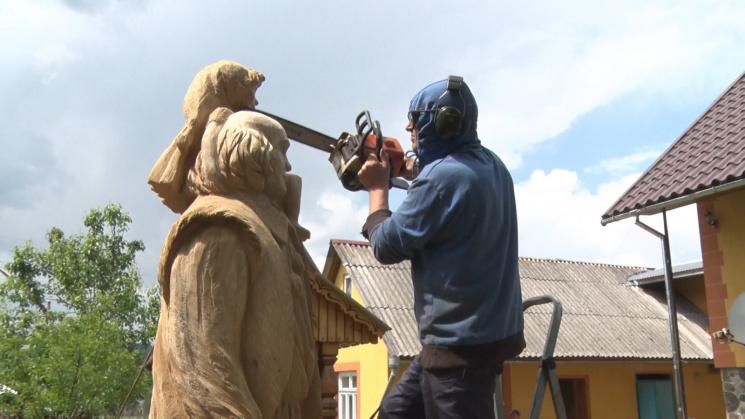 """Вражає! Як закарпатский """"Мікеланджело"""" бензопилою вирізає витончені скульптури"""