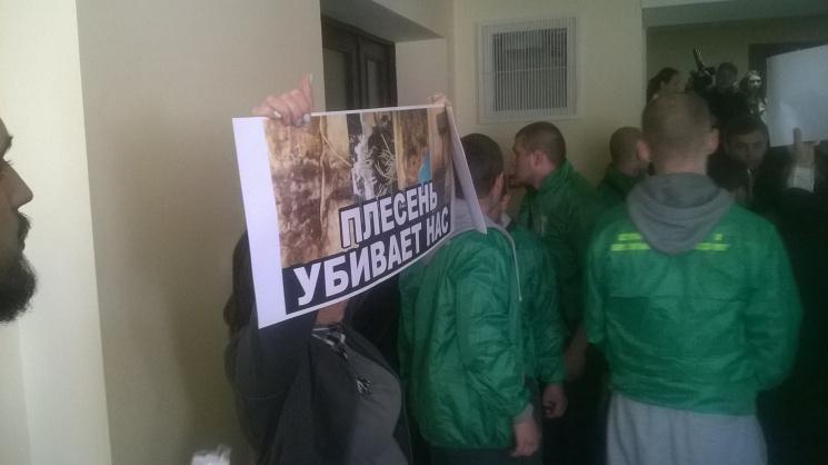 Незадоволені жителі побилися зохороною Київради, намагаючись прорватися назасідання