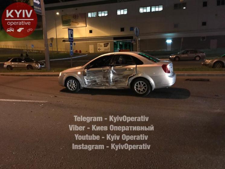 Иномарка наскорости врезалась вдве припаркованные машины