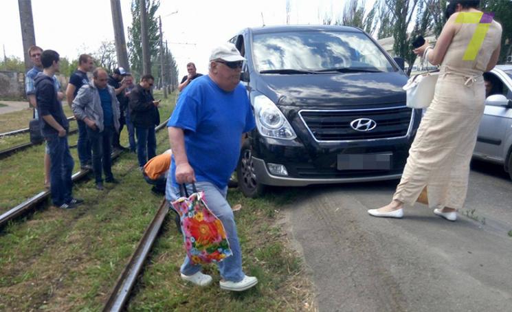 В Одесі автомобіль, який застряг біля колії, заблокував рух трамваїв