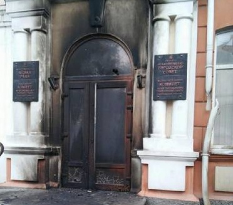 Вночі вМелітополі невідомі намагалися підпалити будівлю міськради