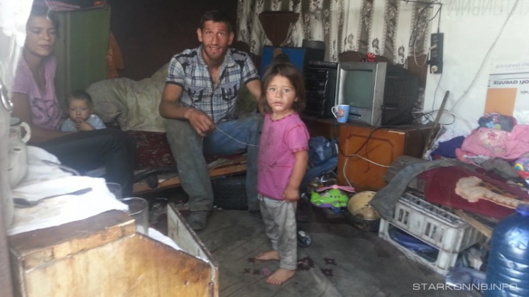Сім'я з Закарпаття проживає на Старокостянтинівському сміттєзвалищі