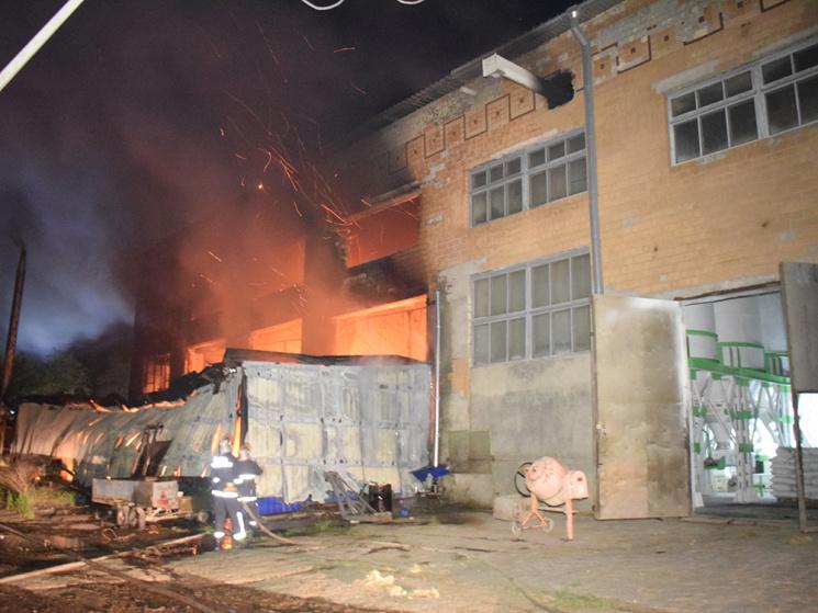 УМиколаєві загасили масштабну пожежу на підприємстві звиробництва човнів і яхт